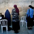 נשים מתפללות ליד הכותל המערבי (צילום: מרים אלסטר)