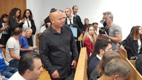 ראש עיריית אשקלון לשעבר איתמר שמעוני (עומד במרכז), לפני הקראת הכרעת דינו במשפט השוחד בו הואשם, בית המשפט המחוזי בתל-אביב, 11.11.19 (צילום: אורן פרסיקו)