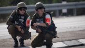 חיילות ישראליות תופסות מחסה בזמן אזעקה באשקלון, 13.11.2019 (צילום: יונתן זינדל)