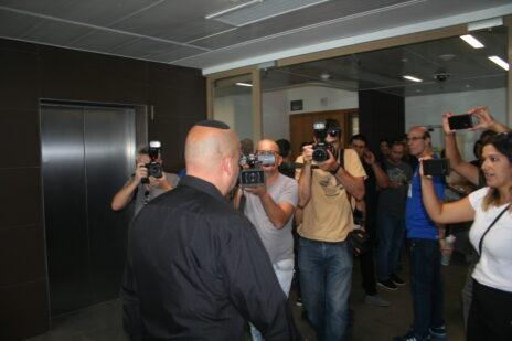 ראש עיריית אשקלון לשעבר איתמר שמעוני (בגבו למצלמה), לפני הקראת הכרעת דינו במשפט השוחד בו הואשם, בית המשפט המחוזי בתל-אביב, 11.11.19 (צילום: אורן פרסיקו)