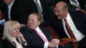 אהוד אולמרט בזמן שהיה ראש ממשלה, עם זוג המיליארדרים שלדון ומרים אדלסון, מאי 2008 (צילום: אוליביה פיטוסי)