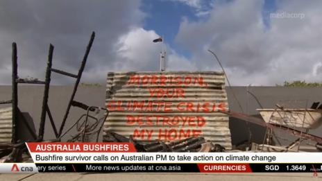 כתובת מחאה נגד ראש הממשלה האוסטרלי בשל מדיניות האקלים שלו, על בית שנשרף באחת משריפות הענק במדינה (צילום מסך)