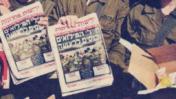 """חיילי מילואים לפני כניסה לרצועת עזה במסגרת מבצע """"עופרת יצוקה"""", מחזיקים גליונות עיתון המדווחים על כניסת חיילי מילואים לרצועה. פרט מתוך ידיעה על מבצע """"לחיילים מכל הלב"""" של העיתון ורשת המרכולים הגדולה במדינה, במסגרתו יקבלו החילים מוצרים בהנחה וגליונות של העיתון; """"ידיעות אחרונות"""", 13.1.2009"""