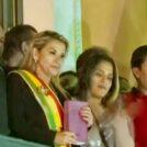 """הנשיאה אניאז מציגה את התנ""""ך ממרפסת ארמון הנשיאות, לאחר השבעתה (צילום מסך: Todo Noticias, רישיון CC BY 3.0)"""
