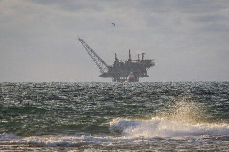 אסדת קידוח הגז לווייתן במבט מחוף דור, 1.1.2020 (צילום: פלאש 90)