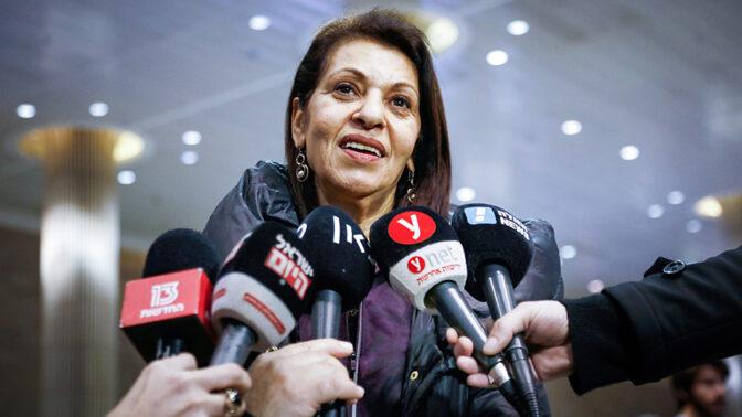 יפה יששכר, אמה של נעמה יששכר, בשדה התעופה בישראל בחזרתה מביקור ברוסיה. 19.1.2020 (צילום: פלאש 90)