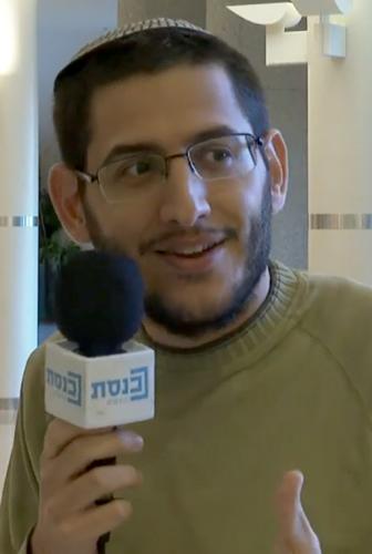 """כתב """"גלובס"""" אבישי גרינצייג (צילום מסך מתוך שידורי ערוץ הכנסת)"""