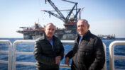 ראש הממשלה בנימין נתניהו ושר האנרגיה יובל שטייניץ מבקרים באסדת הגז לוויתן (צילום: מארק ישראל סלם)