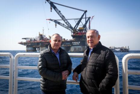 ראש הממשלה בנימין נתניהו ושר האנרגיה יובל שטייניץ מבקרים באסדת קידוח לווייתן (צילום: מארק ישראל סלם)