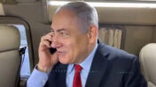 בנימין נתניהו משוחח בטלפון הנייד (צילום מסך)