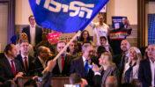 ראש הממשלה בנימין נתניהו עם רעייתו שרה ועמיתיו לליכוד בכנס בחירות בירושלים, 26.2.2020 (צילום: אוליבייה פיטוסי)