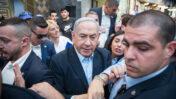 ראש הממשלה בנימין נתניהו מוקף מאבטחים בסיור בחירות, היום בשוק מחנה-יהודה בירושלים (צילום: יונתן זינדל)