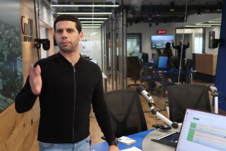 מוחמד מג'אדלה באולפני רדיו נאס, פברואר 2020 (צילום: אורן פרסיקו)