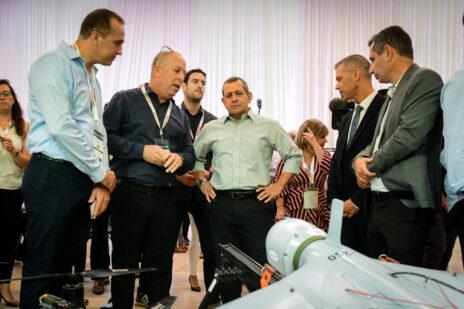"""ראש השב""""כ, נדב ארגמן (במרכז), במהלך ביקור בתערוכת נשק ב-2019 (צילום: פלאש 90)"""