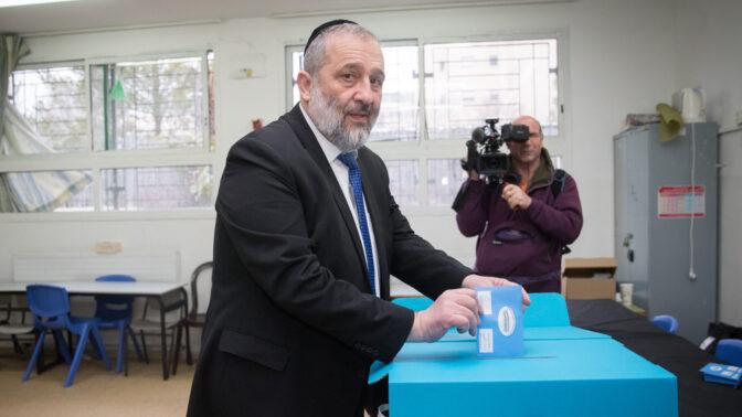 השר אריה דרעי מצביע בבחירות לכנסת בקלפי בירושלים, 2.3.2020 (צילום: יונתן זינדל)