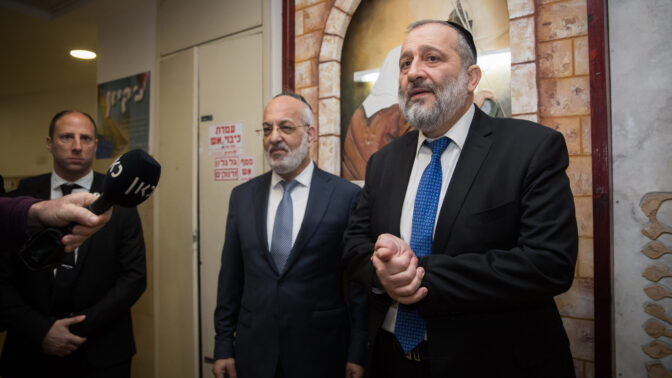 אריה דרעי ביום הבחירות, מוסר הצהרה לתקשורת בקלפי שבה הצביע בירושלים. 2.3.2020 (צילום: יונתן זינדל)