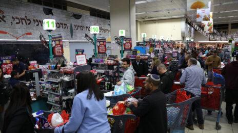בהלת קניות בסניף רמי לוי בירושלים, 12.3.2020 (צילום: אוליבייה פיטוסי)