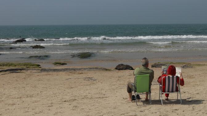זוג ישראלי יושב בחוף מול קו האופק, השבוע (צילום: יעקב לדרמן)