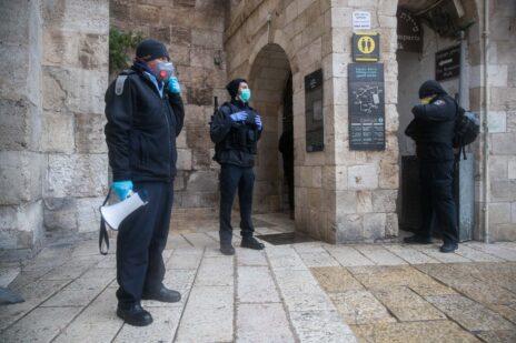 שוטרים במסכות מחוץ לשער יפו. ירושלים, 20.3.2020 (צילום: יונתן זינדל)