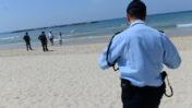 שוטרים אוכפים את הוראות הבידוד בחופי תל-אביב (צילום: תומר נויברג)