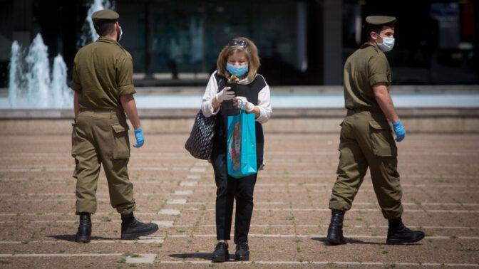 צמד חיילים ואזרחית בכיכר רבין, תל-אביב, 7.4.2020 (צילום: מרים אלסטר)