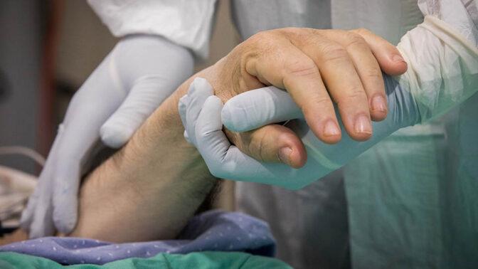 רופא מטפל בחולה קורונה (צילום: נתי שוחט)