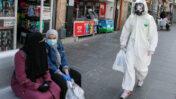 ירושלמים עורכים קניות בעודם ממוגנים ממגפת הקורונה, 27.4.2020 (צילום: אוליבייה פיטוסי)