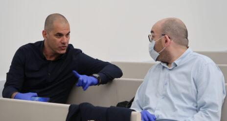 """משמאל: מנכ""""ל חדשות 13 ישראל טויטו ומנהל משאבי אנוש בחברה עידו איינבינדר, 7.4.2020 (צילום: אורן פרסיקו)"""