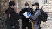 שוטרים קונסים את צלם AFP עמנואל דונאן, ירושלים העיתיקה, 10.4.2020 (צילום: אורן זיו)