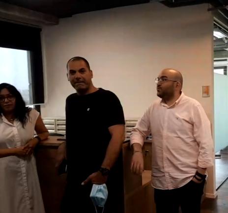 """מנכ""""ל חדשות 13 ישראל טויטו (במרכז) ומנהל משאבי האנוש בחברה, עידו איינבינדר, צופים במחאת עובדי חברת החדשות"""