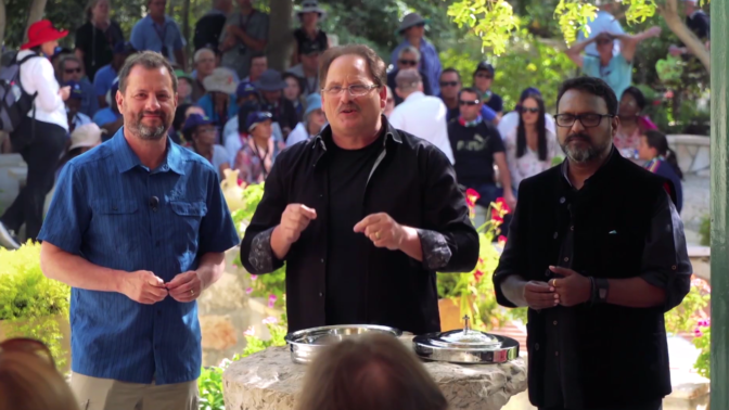 """במרכז: וורד סימפסון, מנכ""""ל GOD TV; משמאל: רון קנטור, מנכ""""ל ערוץ """"שלנו"""", הסניף הישראלי של הרשת (צילום מסך)"""