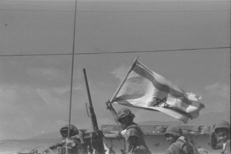 """שיירת כוחות צה""""ל בגליל העליון, מלחמת יום כיפור, 13.10.73 (צילום: יגאל תומרקין, לע""""מ)"""