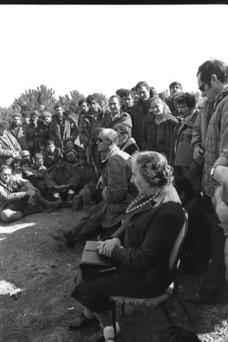 """ראש הממשלה גולדה מאיר ושר הביטחון משה דיין משוחחים עם חיילי צה""""ל ברמת הגולן, מלחמת יום כיפור, 21.11.73 (צילום: רון פרנקל, לע""""מ)"""