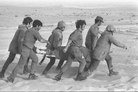 """חיילי צה""""ל במדבר סיני, מלחמת יום-כיפור, 11.10.73 (צילום: רון אילן, לע""""מ)"""
