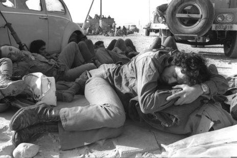 """חיילי צה""""ל בסיני, מלחמת יום כיפור, 14.10.73 (צילום: רון אילן, לע""""מ)"""