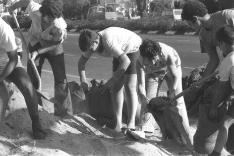 """תלמידי תיכון ממלאים שקי חול למיגון עמדות, מלחמת יום כיפור, רמת גן, 7.10.73 (צילום: חנניה הרמן, לע""""מ)"""