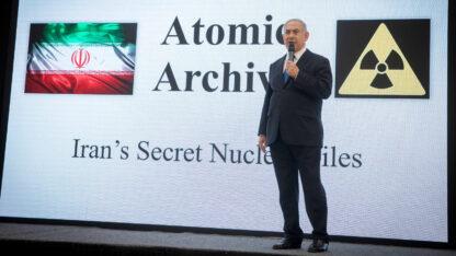 ראש ממשלת ישראל, בנימין נתניהו, מציג את מבצע המוסד לגניבת ארכיון הגרעין האיראני. תל-אביב, אפריל 2018 (צילום: מרים אלסטר)