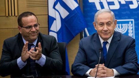 ראש הממשלה, בנימין נתניהו, עם איוב קרא בעת שכיהן כשר התקשורת. הכנסת, יוני 2018 (צילום: יונתן זינדל)