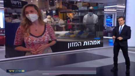"""דני קושמרו מציג כתבה ב""""אולפן שישי"""" של חדשות 12, המקדמת את מיכל אנסקי, כוכבת תוכניות הבישול של ערוץ קשת 12 (צילום מסך)"""