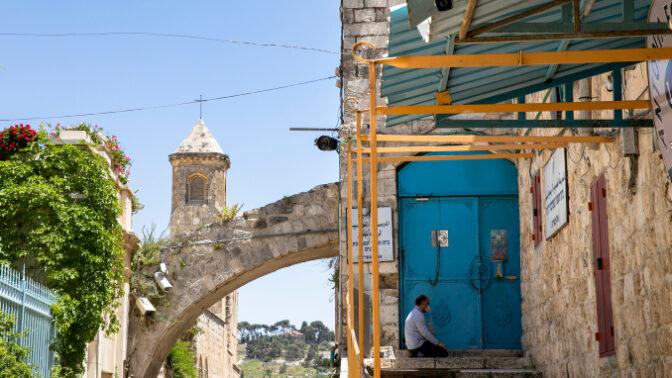 מוסלמי מתפלל לבדו תפילת שישי בחודש הרמדאן בעיר העתיקה בירושלים בזמן משבר הקורונה (צילום: אוליביה פיטוסי)