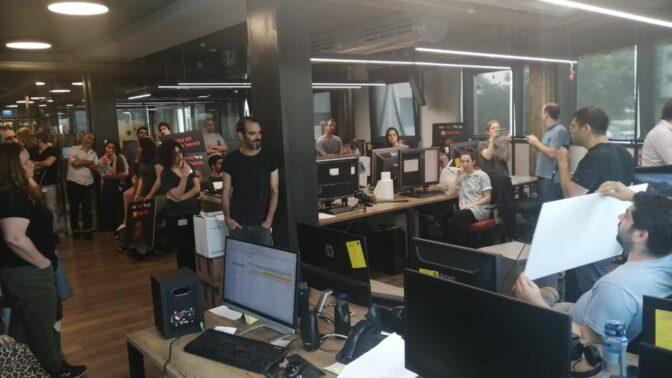 עובדי חדשות 13 בשביתת מחאה נגד תוכנית הקיצוצים. משרדי ערוץ 13 בתל-אביב, 20.5.2020
