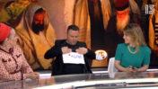 """ידוען הריאליטי טילטיל (לירון אורפלי) מצמיד לחזהו דף נייר ועליו מספר הטלפון של מוקד ההתרמה של ישיבת אור הרשב""""י (מימין ה""""כתבת"""" מעיין אשכנזי, ומשמאל הפאנליסטית מירי אור). מתוך המשדר השיווקי ששודר בערוץ 13 (צילום מסך מעובד)"""