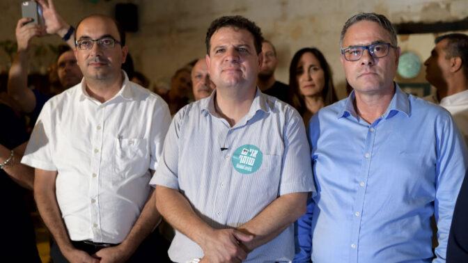 """חברי-הכנסת אמטאנס שחאדה (מימין) וסמי אבו-שחאדה (משמאל) עם יו""""ר הרשימה המשותפת, ח""""כ איימן עודה (צילום: גילי יערי)"""