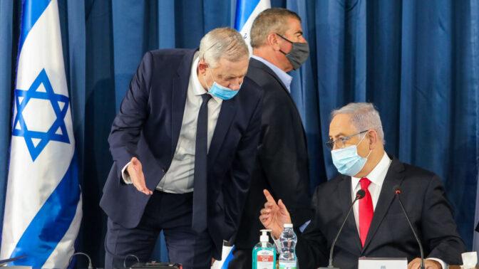 ראש ממשלת ישראל, בנימין נתניהו, עם שריו גבי אשכנזי ובני גנץ. ירושלים, יוני 2020 (צילום: מארק ישראל סלם)