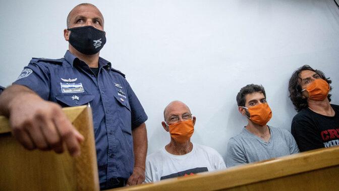 """מפגינים נגד רה""""מ נתניהו מובאים לדיון בביהמ""""ש המחוזי בירושלים אחרי שנעצרו בלילה הקודם. מימין: סדי בן שטרית, גיל המרשלג ואמיר השכל (צילום: יונתן זינדל)"""