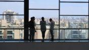 התייעצות אנשי חדשות 13 בעת אחד הדיונים בבית הדין לעבודה בבת-ים (צילום: אורן פרסיקו)