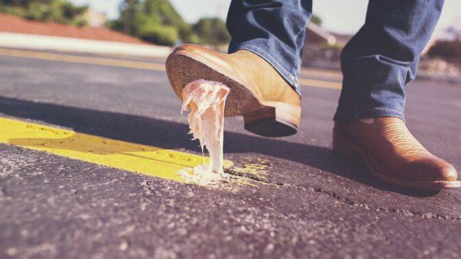 נעל נדבקה לכביש (צילום: רשיון CC0)