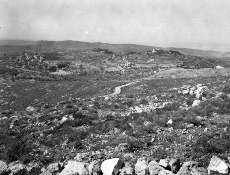 הכפר אבו-גוש כפי שנראה מקיבוץ מעלה-החמישה, 1938 (צילום: זולטן קלוגר)