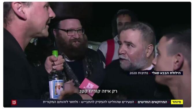 """כתב חדשות 13 אבישי בן-חיים באחת מכתבות """"המרוקאים החדשים"""" (צילום מסך)"""