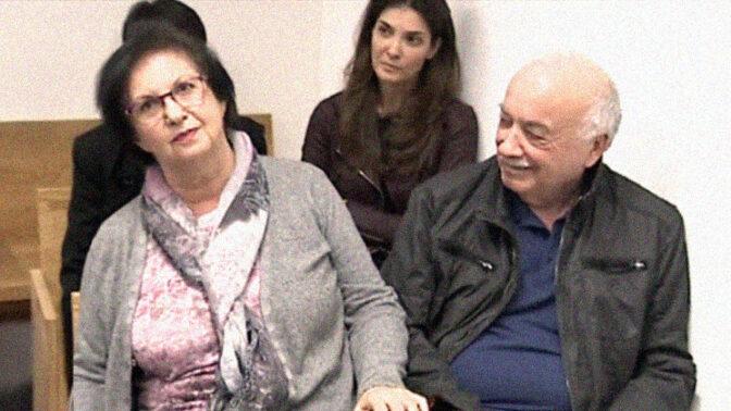 אליעזר וטובה פישמן, עם בנותיהם (מאחור) רונית וענת (מוסתרת) (צילום מסך)